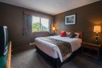 Queen size bed at Hacas Inn