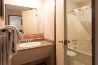 Bathroom in backpacker room at Hacas Inn